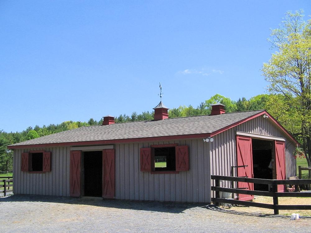 Amish Prefab Barns : Amish built modular horse barns and stables